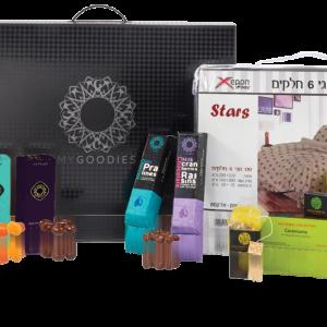 מארז מתנה לראש השנה המכיל סט מצעים זוגי 6 חלקים, מבחר קופסאות תה איכותי ומגוון שוקולדים