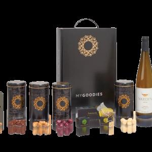 מארז מתנה לראש השנה מפואר הכולל יין לבן, מגוון קופסאות תה איכותי ושוקולדים בשלל טעמים