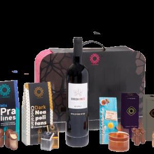 מארז מתנה לראש השנה הכולל יין, דבש ומגוון שוקולדים איכותיים