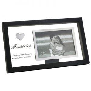 מסגרת שחורה על רקע זכוכית חלבית – Memories