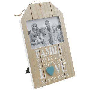 מסגרת תמונה לתלייה מעץ עם כיתוב FAMILY