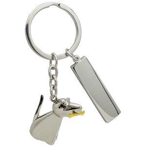 מחזיק מפתחות כסוף מבריק בצורת כלב עם לוחית